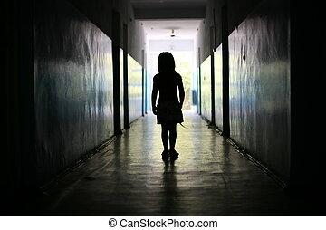niña, poco, silueta, pasillo, largo