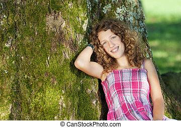 niña, reclinado, tronco de árbol