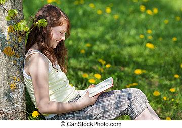 niña, reclinado, tronco de árbol, mientras, libro de...