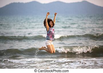 niña, saltar, en, el, mar, playa.