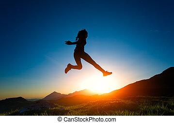 niña, saltos, durante, un, ocaso, en las montañas