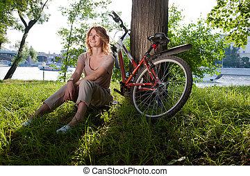 niña, se sienta, con, un, bicicleta