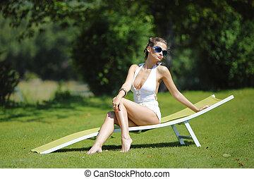 niña, sentado, en, un, blanco, salón, en, un, hierba verde