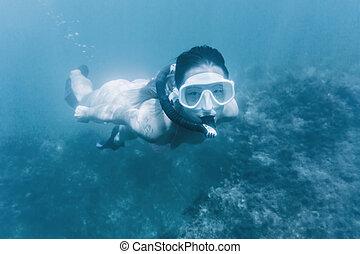 niña, snorkeling, en, profundo, azul, sea.