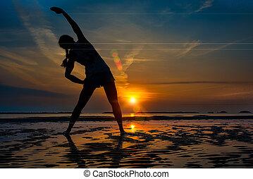 niña solamente, condición física, práctica, en, un, salida del sol, en la playa