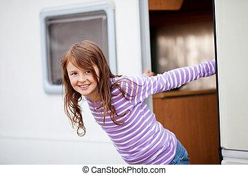 niña sonriente, posición, en, caravana, entrada