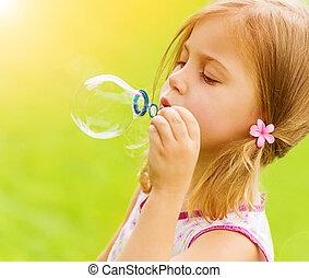 niña, soplar jabón burbujea