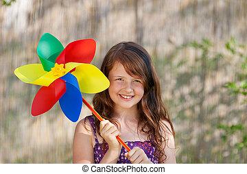 niña, tenencia, colorido, molinillo, en el estacionamiento