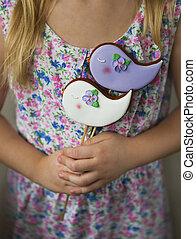 niña, tenencia, violeta, y, blanco, galletas, con, el, aves
