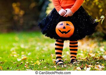niña, tener diversión, en, halloween, artimaña o gusto