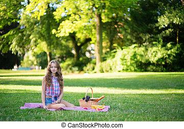 niña, tener un picnic, en el estacionamiento