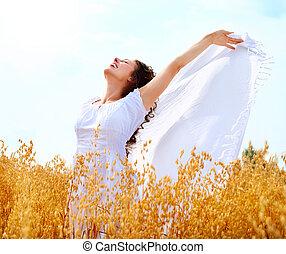 niña, teniendo, feliz, diversión, campo, trigo, hermoso
