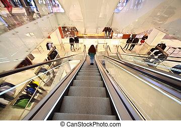niña, va, abajo, en, un, escalera mecánica, en, centro comercial