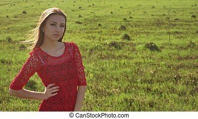 niña, viento, nature., niña, es, posición, en, el, campo, de, verde, grass., mujer, estilo de vida, libertad