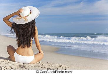 niña, y, sol, biquini, sombrero, playa, sentado, mujer, sexy