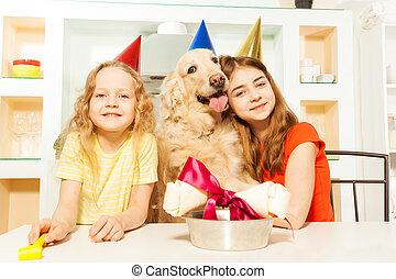 niñas, celebrar, pet's, sonriente, cumpleaños, dos