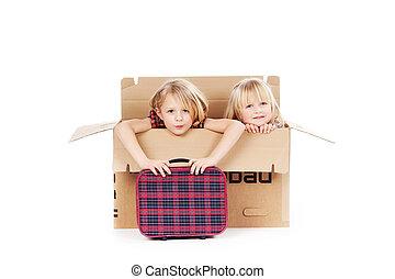 niñas, con, maleta, sentado, en, caja de cartón