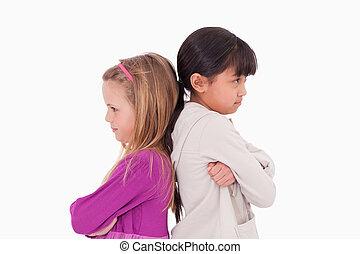 niñas, enojado, en, uno al otro