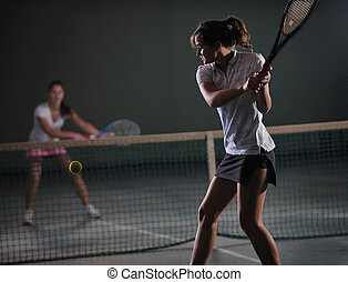 niñas jóvenes, jugar al tenis, juego, interior