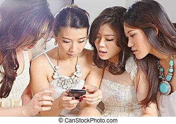niñas, pagar, con, teléfono celular
