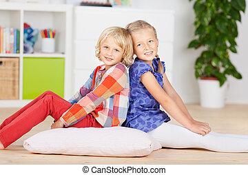 niñas, sonriente, juntos, en, piso madera dura
