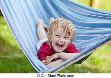 niño, acostado, en, hamaca, en, patio de recreo
