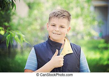 niño, actuación, arriba, joven, pulgares, aire libre, gesto