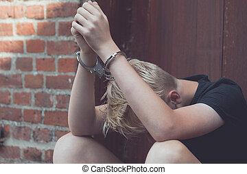 niño, adolescente, tenido, esposas, desanimado, cautivo