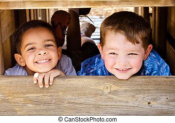 niño afroamericano, y, caucásico, el jugar del niño, juntos, en, patio de recreo