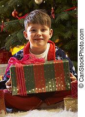 niño, apertura, árbol, joven, frente, presente navidad