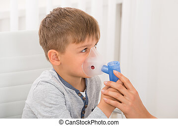 niño, aspirar, por, máscara de oxígeno