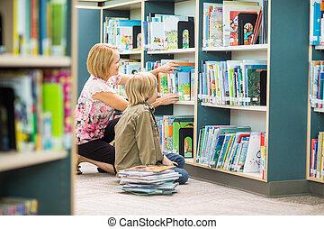 niño, ayudar, el seleccionar, biblioteca, libros, profesor