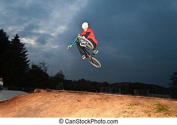 niño, bicicleta, saltar, suciedad