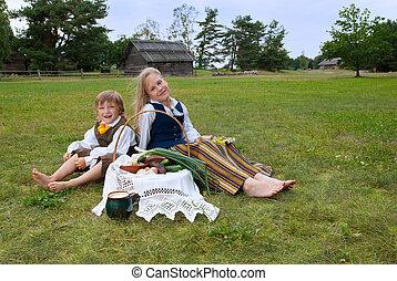 niño, césped, sentado, nacional, poco, letón, niña, ropa