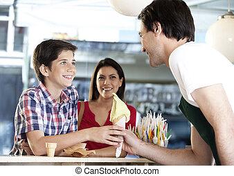 niño, camarero, vainilla, hielo, cono, madre, receiving,...