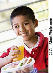niño, comer el almuerzo, en, jardín de la infancia