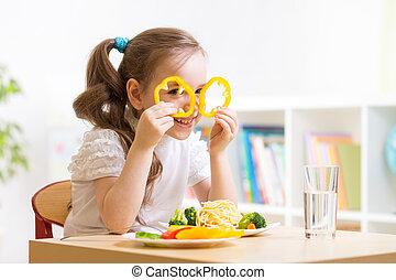 niño comer, en, jardín de la infancia