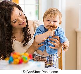 niño, comida, glaseado, cara, bebé, tenencia, madre, pastel