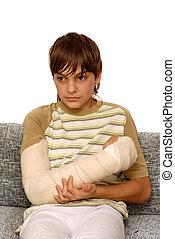 niño, con, brazo roto