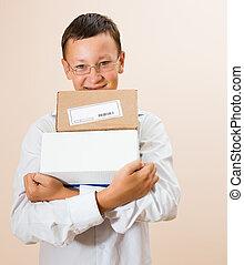niño, con, cajas, de, paquetes, en, el, manos