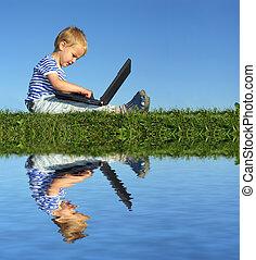 niño, con, cuaderno, sentarse, cielo azul, y, agua