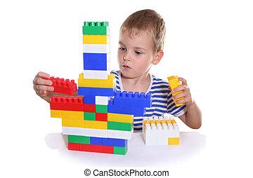 niño con el juguete, bloques