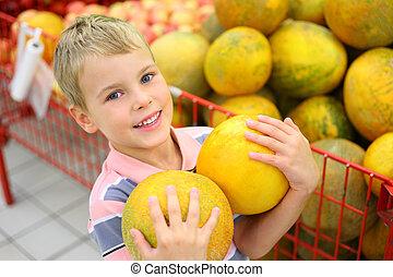 niño, con, melones, en, tienda