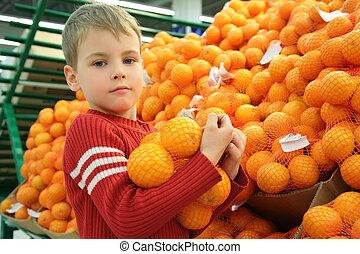 niño, con, naranjas, en, tienda