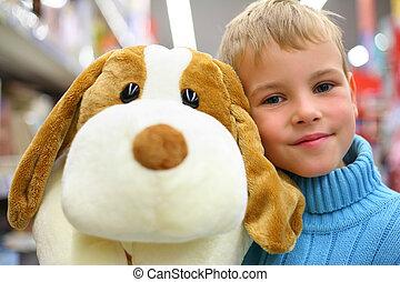 niño, con, perro de juguete, en, tienda