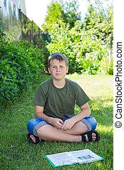 niño, con, un, libro, en la hierba