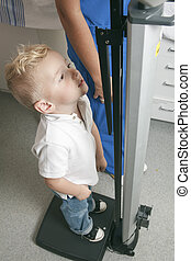 niño, conseguir, hospital, joven, pediatra, medida
