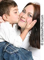 niño, dar, madre, un, beso