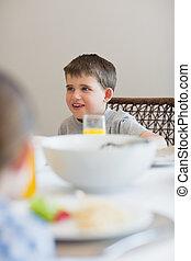 niño, el mirar lejos, en, tabla de desayuno