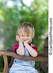 niño, el mirar lejos, mientras, sentar banco, en, yarda